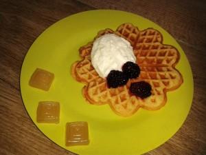 Mittsommer-Küche: Honigwaffeln mit Brombeeren und Sahne und Honigbonbons