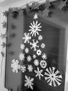 mittwinterdeko-tannenbaum-aus-schneeflocken